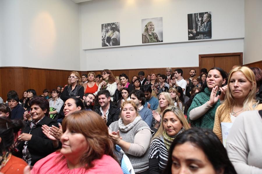 Mujeres del Ellas Hacen en el acto donde se anunció la pre inscripción al programa