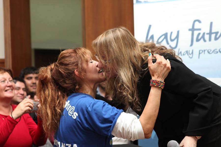 Mujeres del Ellas Hacen saludando a Alicia Kirchner