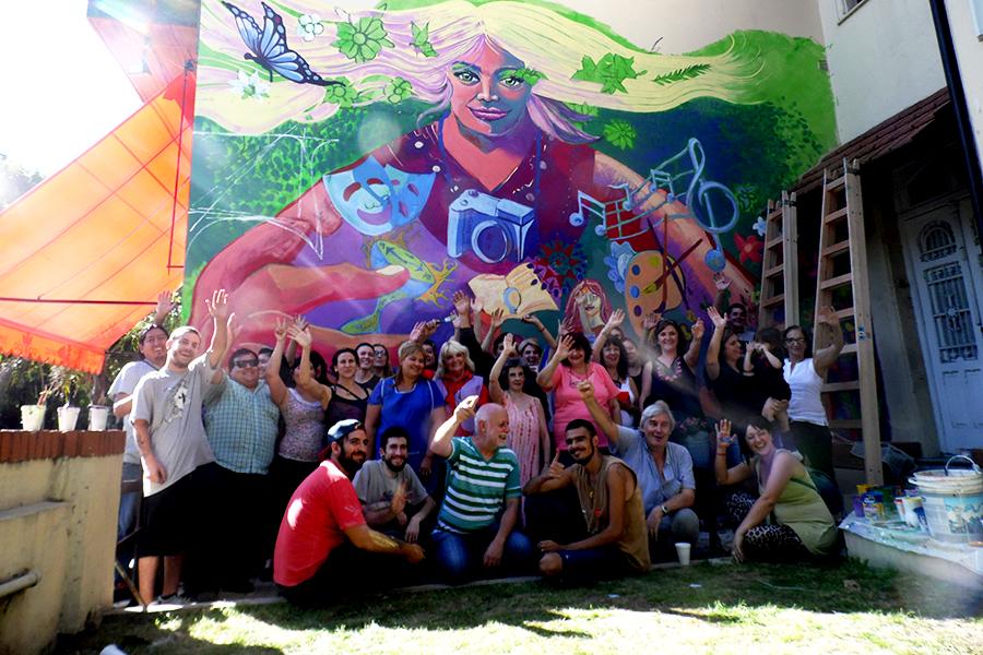 Foto de muralistas y docentes.