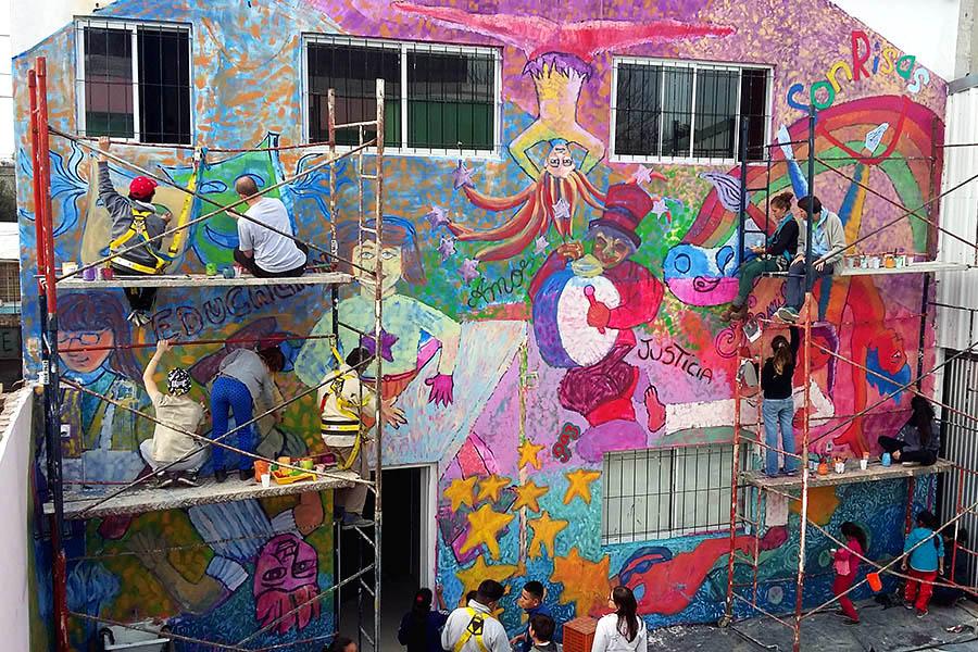 Foto de un mural realizado por muralistas y docentes.