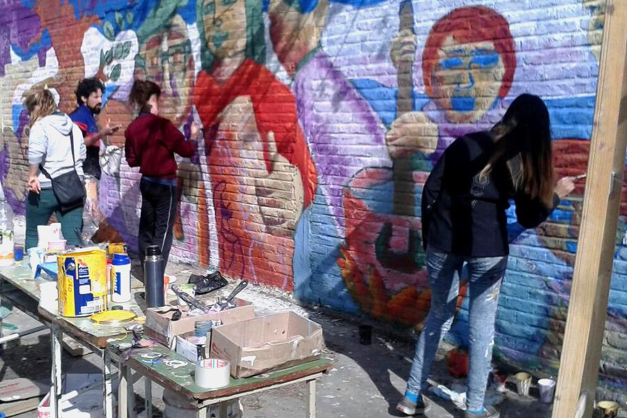 Imagen de jóvenes realizando un mural.