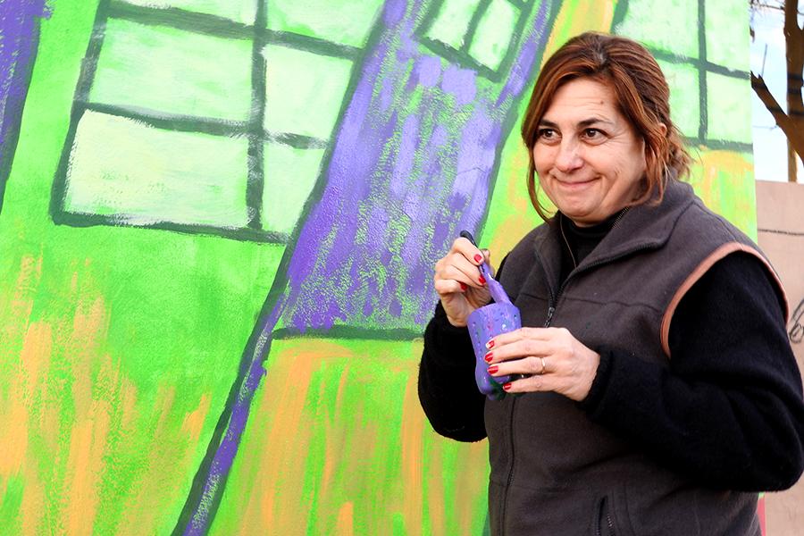 Imagen de una mujer sosteniendo una brocha.