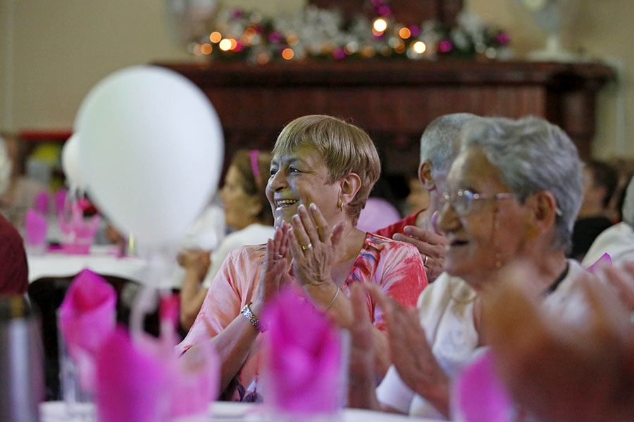 Mujeres aplaudiendo felices