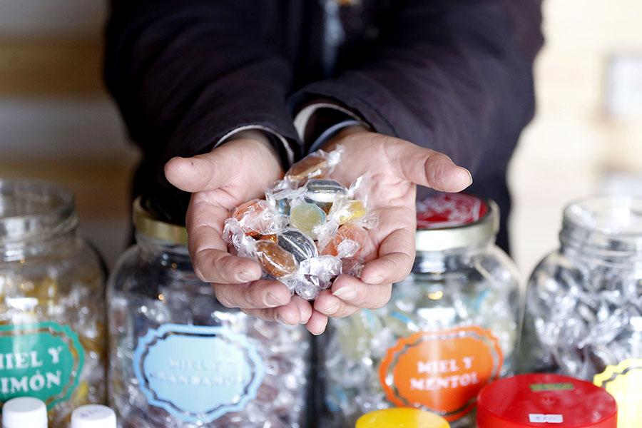 Imagen ilustrativa de unas manos con muchos caramelos
