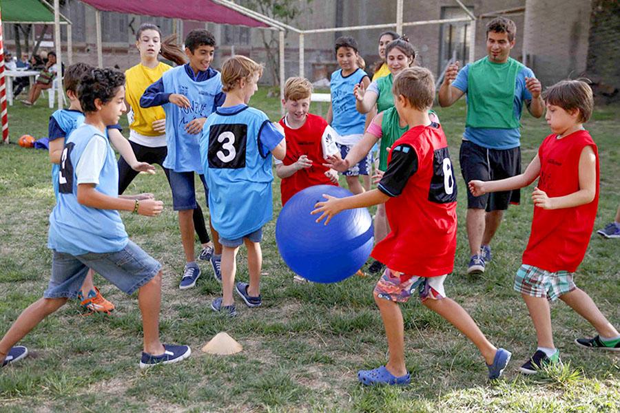 Niños jugando a la pelota