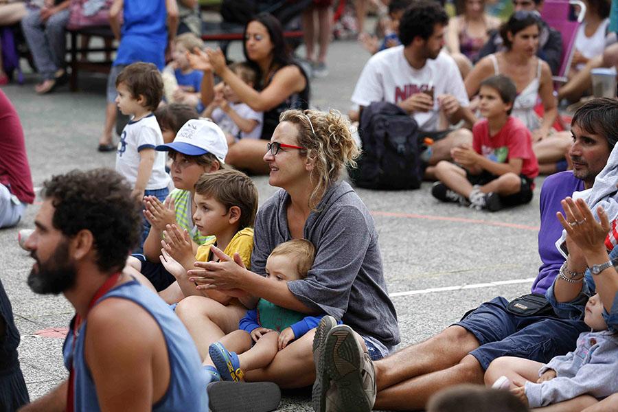 Familias disfrutando de los espectáculos en el Espacio Unzué