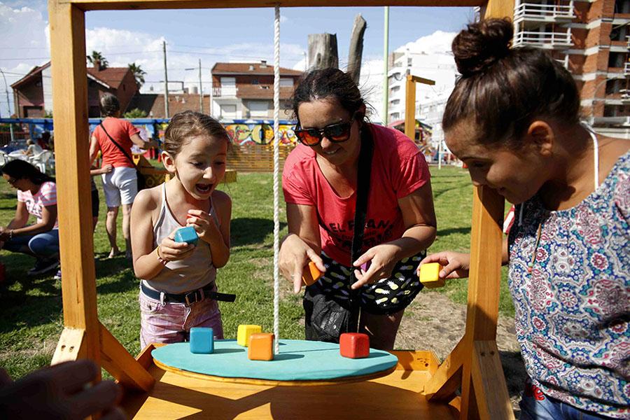 Niñas jugando con figuras de madera