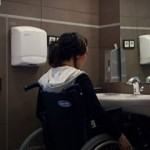 Persona discapacitada utilizando un baño adaptado.