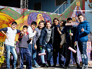 Chicos frente a un mural