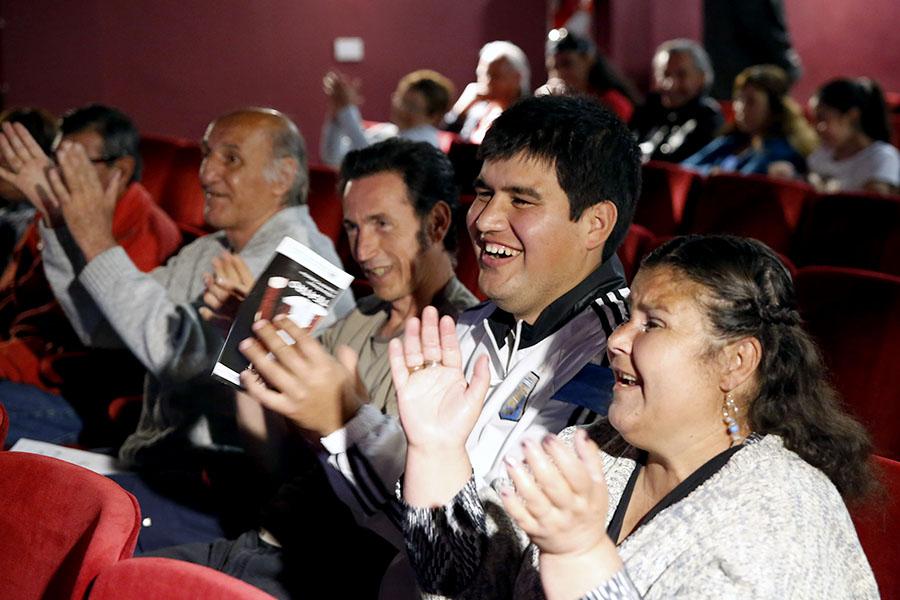 Público aplaudiendo una función de teatro