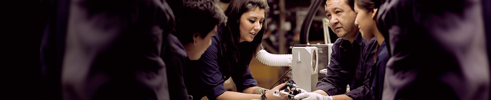 Imagen de personas en un taller