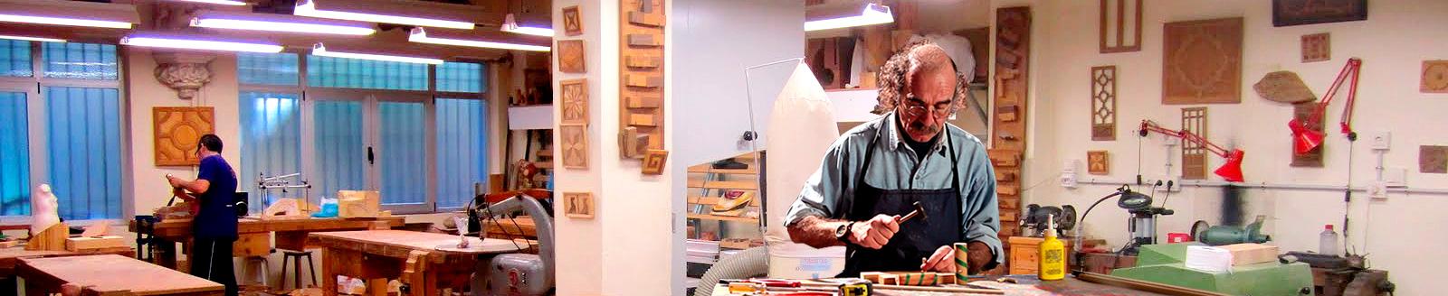 Imagen de un hombre trabajando en un taller.
