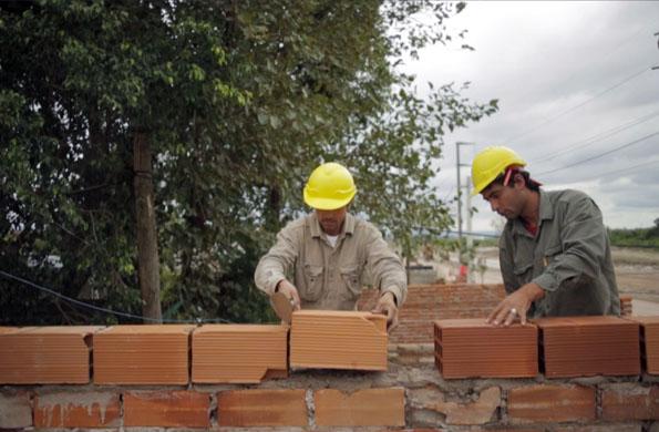Juntos trabajan en la puesta en valor de escuelas y de viviendas sociales.