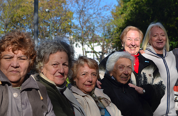 Nueve de cada diez adultos mayores reconocen que salen habitualmente de sus casas.