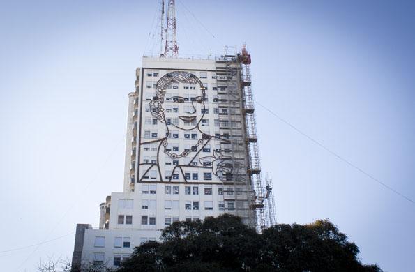 """El mural es una interpretación de Eva, difundida por la tapa del libro """"La Razón de mi Vida"""" (2011)."""
