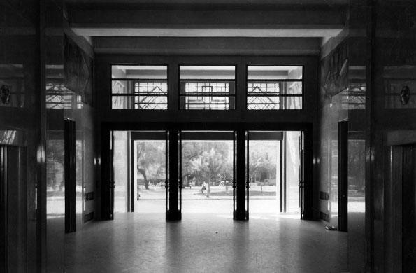 Vista de la entrada principal al edificio desde su hall de ingreso (1936).