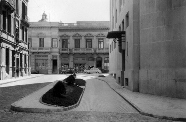 Vista de uno de los ingresos laterales al edificio (1936).