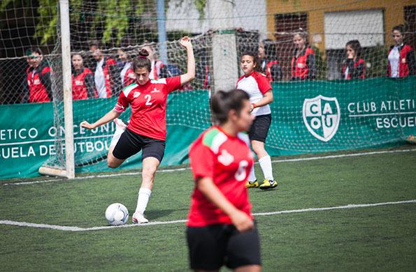 Juega en el club, en una liga y forma parte del seleccionado argentino de fútbol.