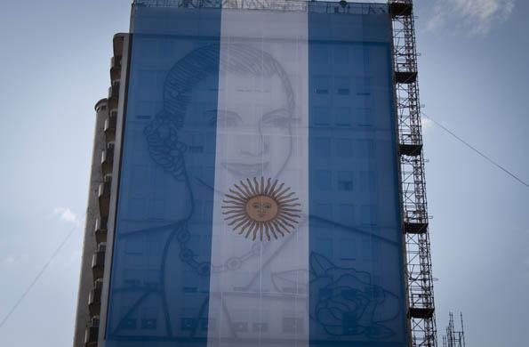 El nuevo mural de Evita, inaugurado en 2011, cubierto por la bandera nacional.