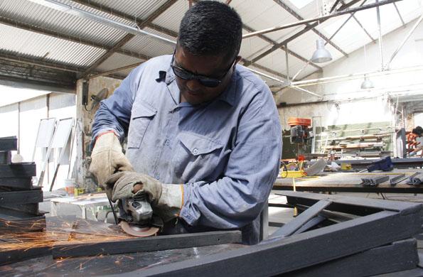 LOs trabajadores son capacitados para realizar obras concretas.