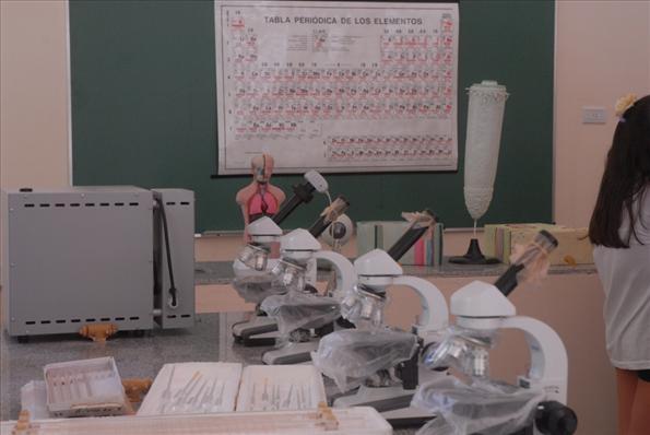 Otro sector del laboratorio de la escuela, con tecnología de avanzada al servicio de la educación.