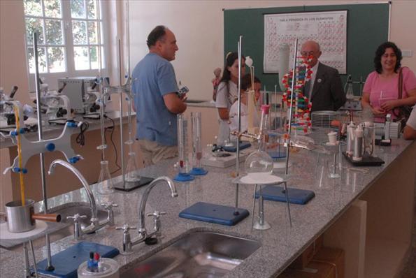 El laboratorio de la escuela, completamente equipado para la formación de los alumnos.