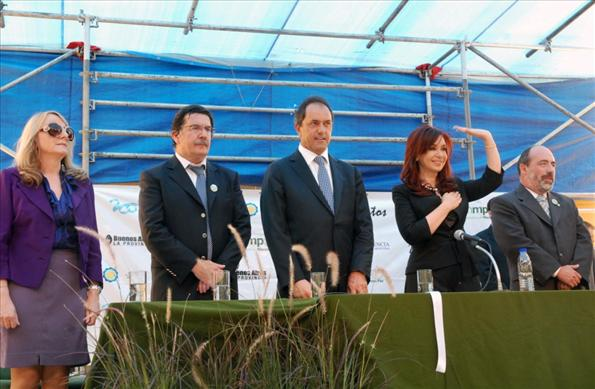 En el acto que dejó inaugurada una nueva escuela, la presidenta fue acompañada por Alicia Kirchner.