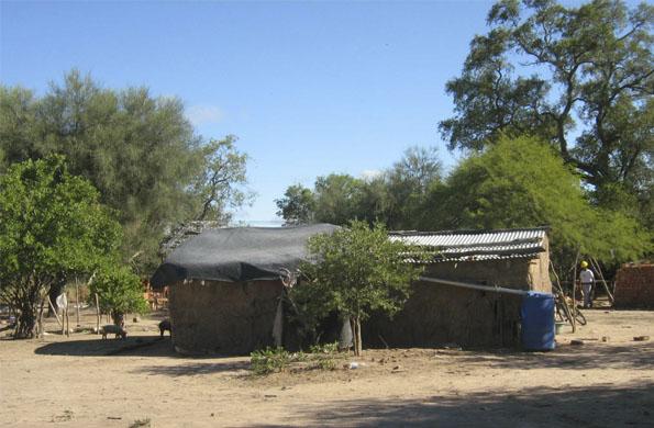 Antes las casas eran construidas con adobe y piso de tierra. Ahora se hacen con cemento y membrana.