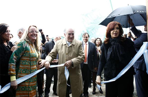 Cristina Fernández junto a la ministra Alicia Kirchner inaugurando el CIC en El Calafate.