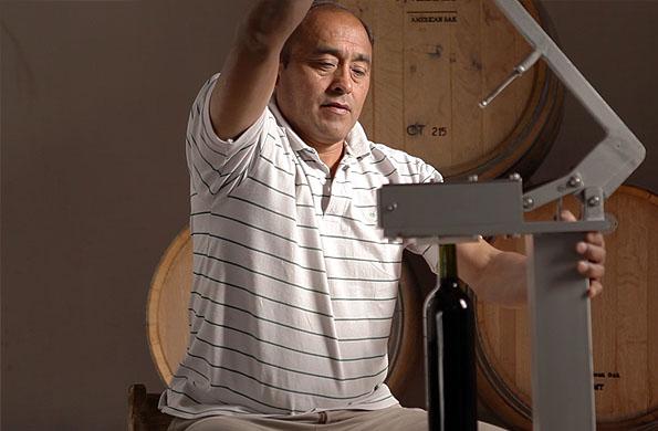 La iniciativa también se dedica a la elaboración artesanal de vinos.