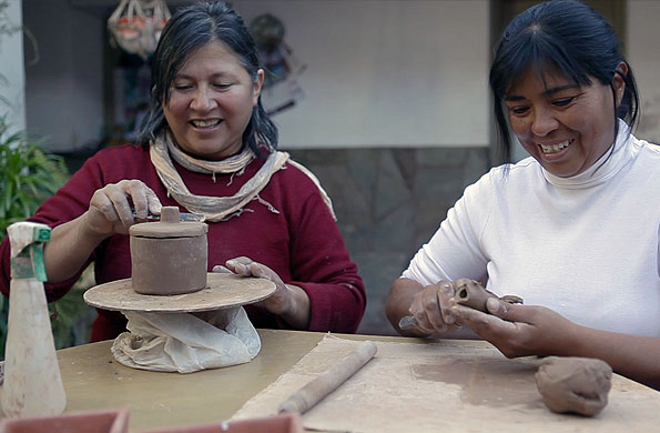 Integrantes de la cooperativa elaborando manualmente los productos.