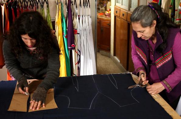 Dos integrantes del emprendimiento realizando la confección de las prendas.