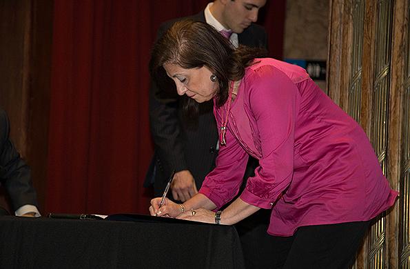 Inés Páez firmando la carta de adhesión por parte de la cartera social.