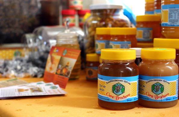 Preparan productos apícolas como polen, jalea real y caramelos de miel.