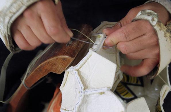 Las pelotas tienen una elaboración artesanal, cocidas a mano.