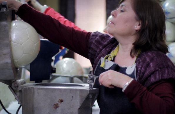 Una de las trabajadoras realizando la confección de los balones.