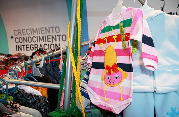 Pequepulpo fabrica remeras, buzos, chalecos, pantalones, vestidos, bermudas, medias y gorras.