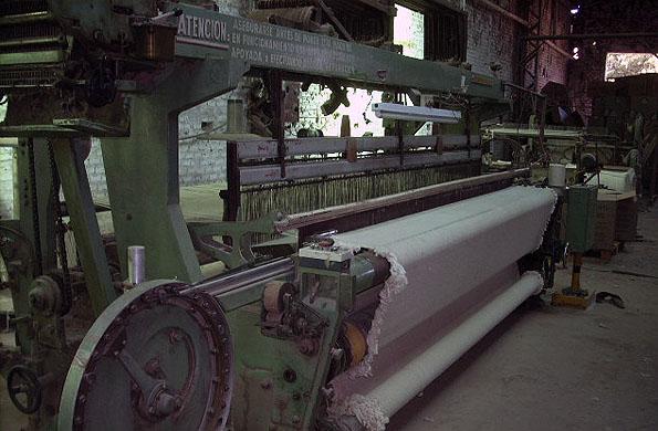 La materia prima que utilizan es el hilado y proviene de la producción de algodón de la región.
