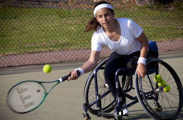 Antonella tiene 12 años y practica tenis adaptado.