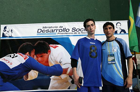 El jóven jugador argentino de golbol junto a su entrenador.