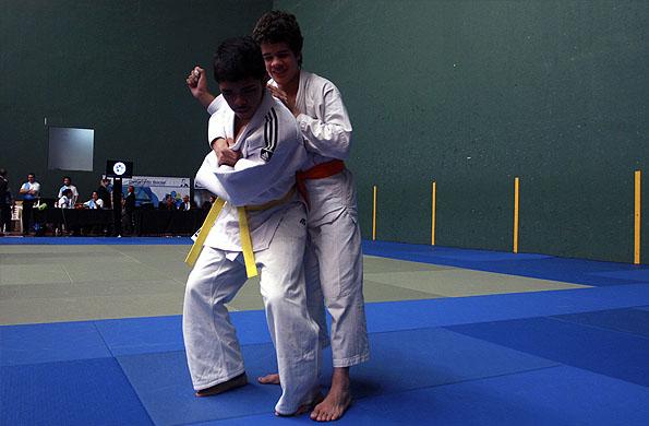 El joven atleta obtuvo la medalla dorada en su categoría.