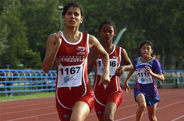 Deportistas compitiendo en la pista principal de atletismo del CeNARD.