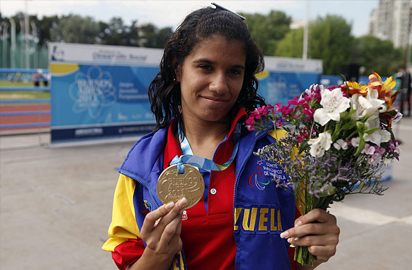 Marleni Blanco muestra su medalla dorada obtenida en atletismo.