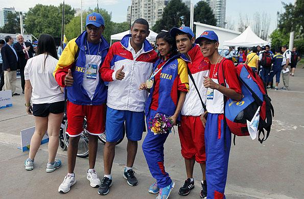 La joven atleta junto a sus compañeros venezolanos en la sede del CeNARD.