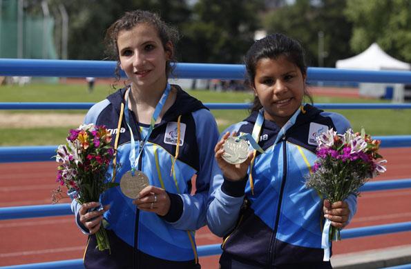 La joven deportista argentina junto a una compañera luciendo sus medallas.