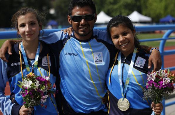 Milagros Heredia junto a su entrenador y una compañera.