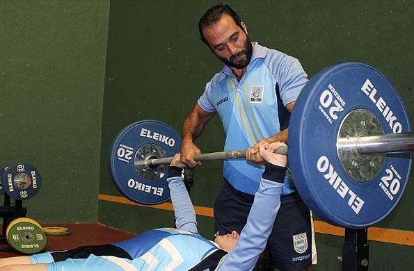 El joven atleta junto a su entrenador Matías Bernatene.