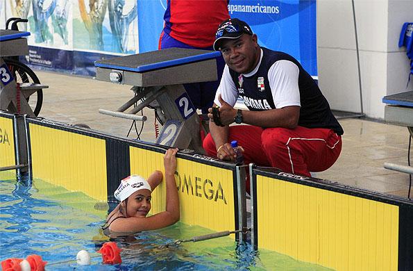 La joven nadadora panameña junto a su entrenador Tedy.