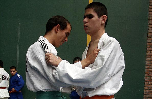El jóven atleta mendocino al inicio de la pelea cuerpo a cuerpo.