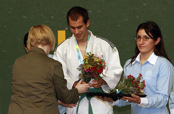 Maximiliano Fernández en el podio recibiendo la medalla plateada.